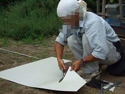 破風に板金貼るためにガリバリウム鋼板を切っている