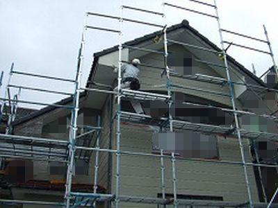 破風に板金貼るためにガリバリウム鋼板を位置決めしている