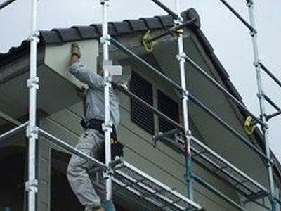 破風に板金貼るためにガリバリウム鋼板を取り付けている